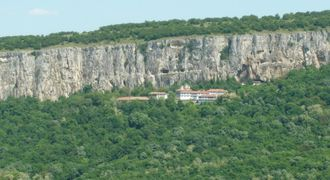"Патриаршески манастир ""Св. Троица"""