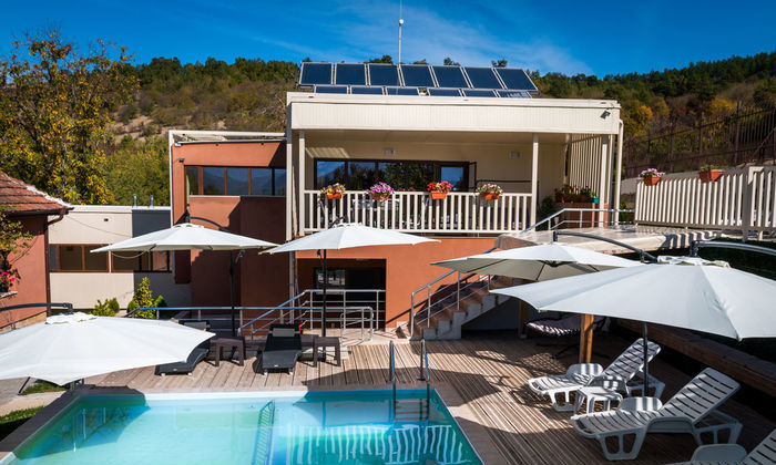 -10% за лятото в уникална вила с басейн и 8 спални